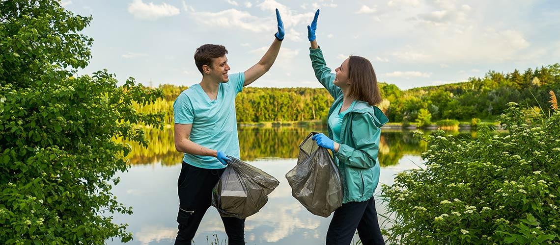 High Five beim Müll sammeln